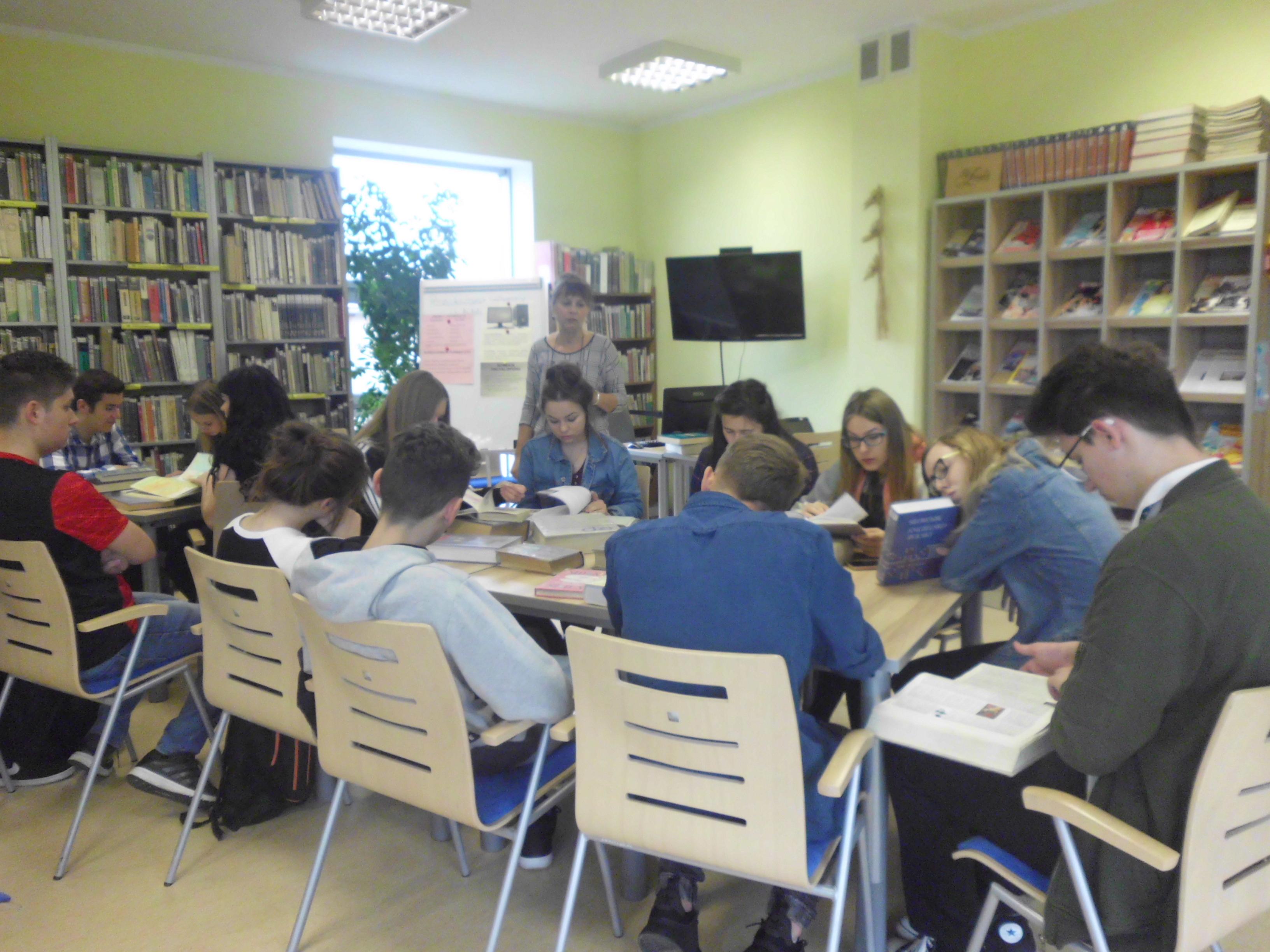 Uczniowie LO z AZPO w Fijewie z wizytą w bibliotece