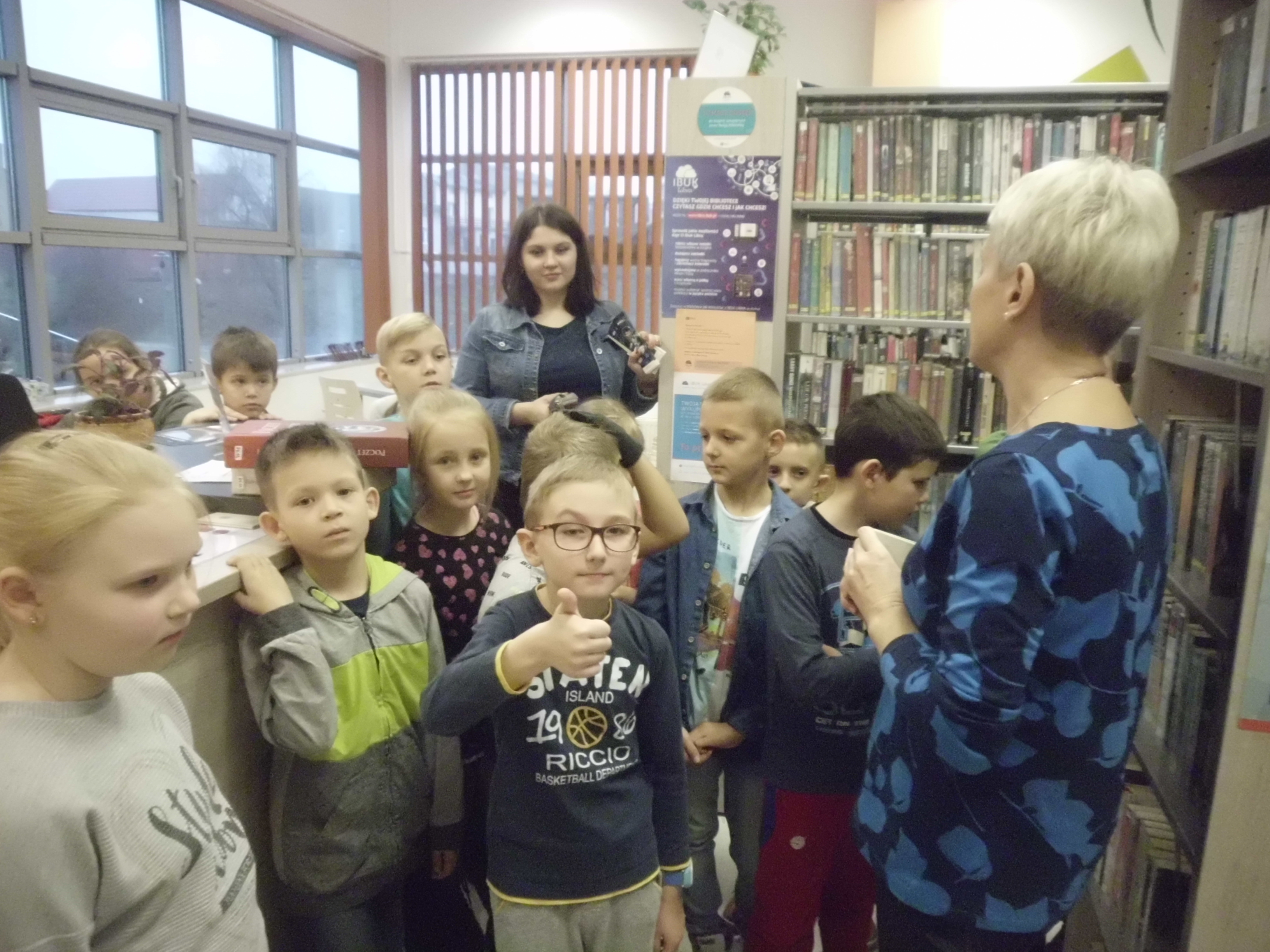Wizyta drugoklasistów w bibliotece