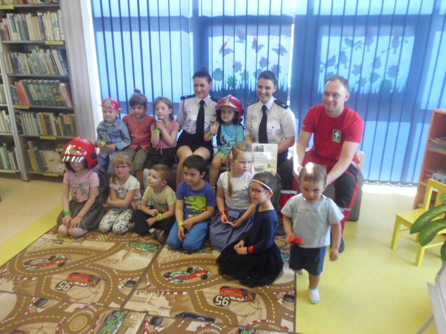 Odważni i uczynni strażacy czytają w bibliotece
