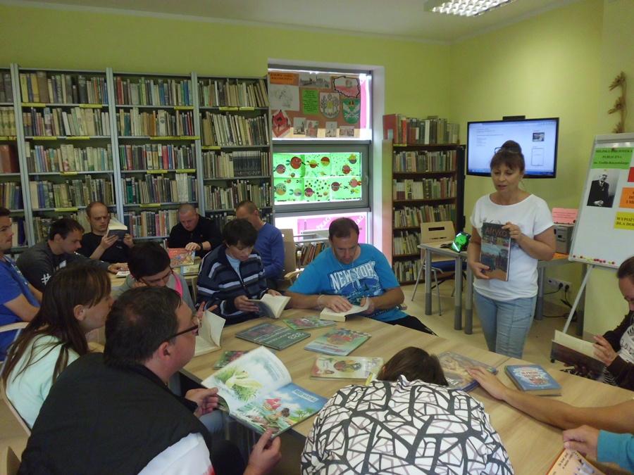 Podopieczni WTZ w bibliotece