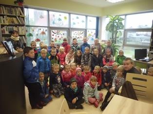 Uczniowie ze SP w Zajączkowie z wizytą w bibliotece